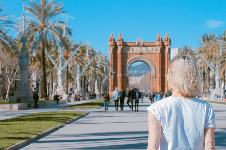 Woman standing in front of Arco de Triunfo